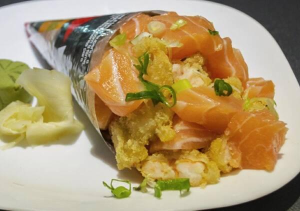 167 – temaki salmão cru e camarão empanado
