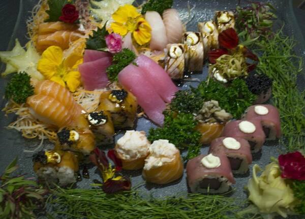 197 – sushi e sashimi variado gourmet (32 un. Para 2 à 3 pessoas)