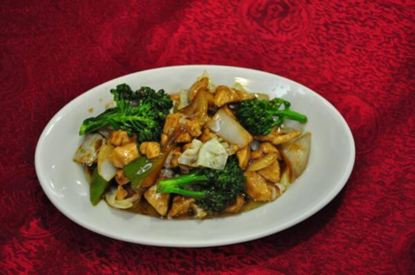 Frango xadrez com legumes e arroz colorido