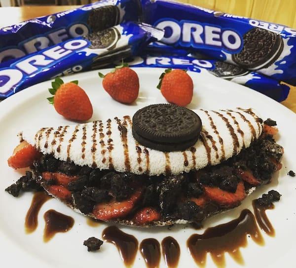 Tapióreo: tapioca recheada com biscoito óreo,morango em fatias e calda de chocolate