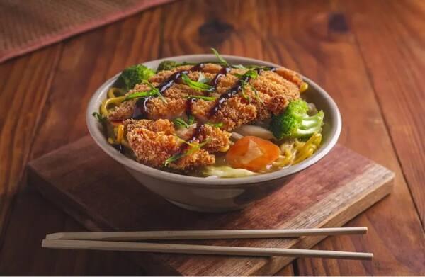 Yakisoba tonkatsu (delicioso filé empanado)