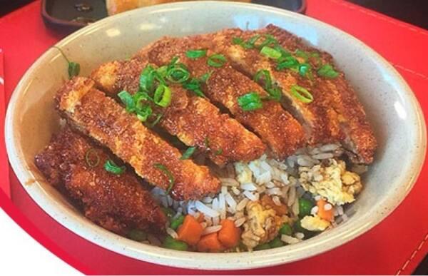 Yakimeshi + tonkatsu (delicioso filé empanado)