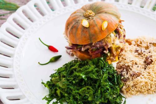 Promoção 2 quentinhas servem 2 pessoas deliciosa mini moranguinha recheada de carne seca