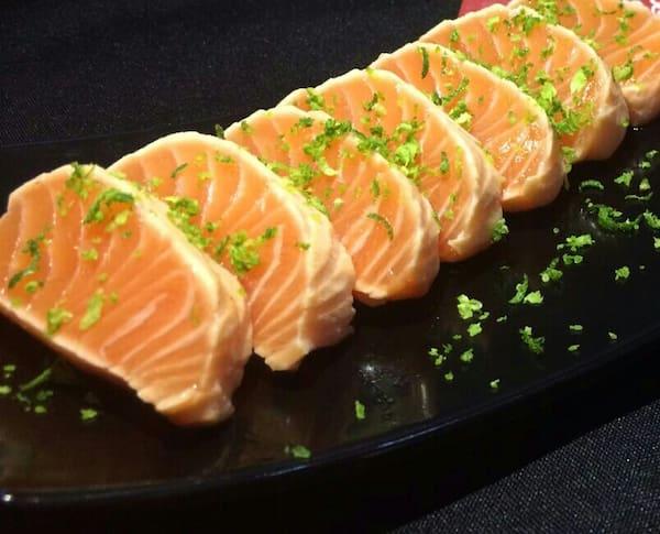 Sashimi salmão selado raspas de limão por cima . ( low carb )  06 unidades