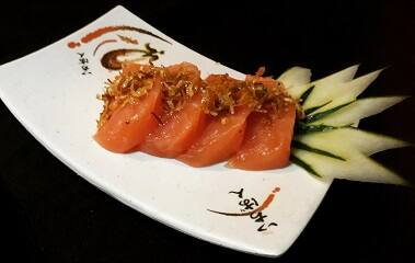 Sashimi salmão com crisp alho poró.
