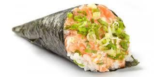Temaki de salmão, wassabi, gengibre e gergelim.