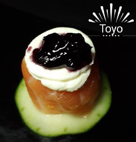 Sushi jo salm��o creme cheese e geleia de mirtilo ( gukan ).