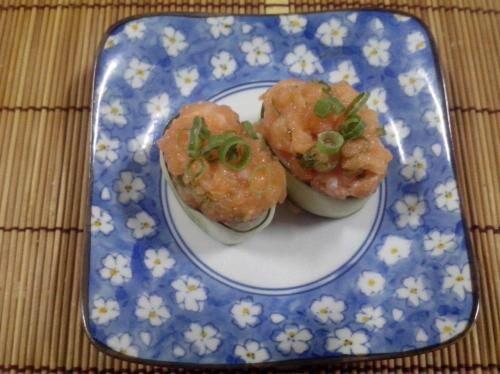 Gunkan pepino maki(salmão batido)