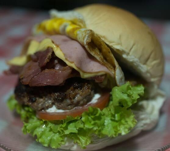 12. Meio kilo mais ou menos escolha um tipo de pão e um hamburguer complemento obrigatório
