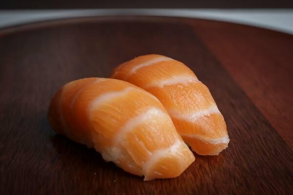Sushi salmão  (4 pçs)