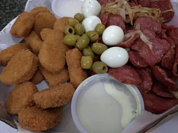 15 nugts +calabresa acebolada +4 ovos de codorna +azeitona +10 cebolas onion gratis molho