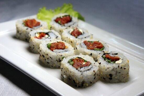 Uramaki de tomate seco e rúcula