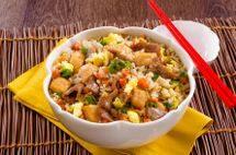 Arroz ao shoyu com carne e frango