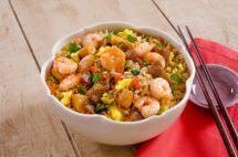Arroz ao shoyu com carne, frango e camarão