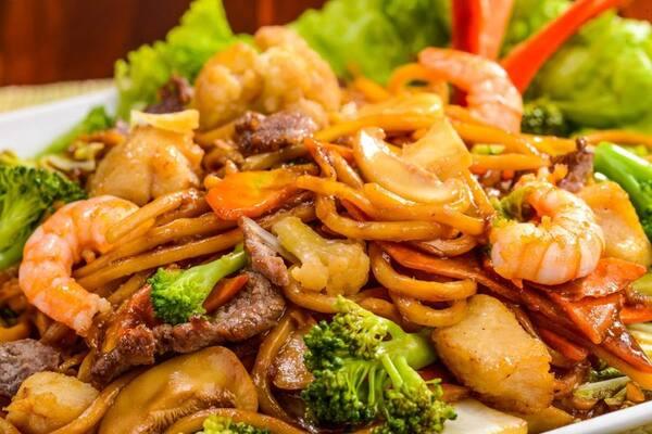 Yakissoba camarão com legumes