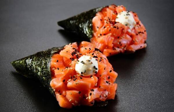 2 temaki de salmão tradicional