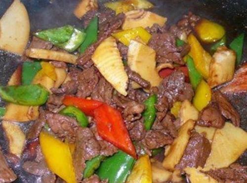 43-carne fatiada com broto de bambu e pimentão