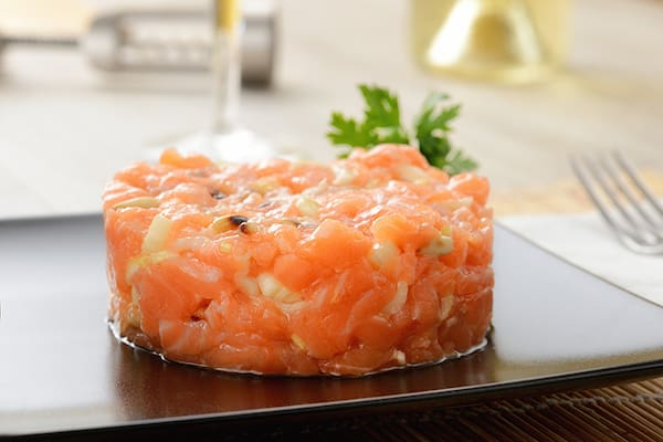 Tartaki mix = cubos de salmao camarao envolvido com cream chese cebolinha e gergelim moido