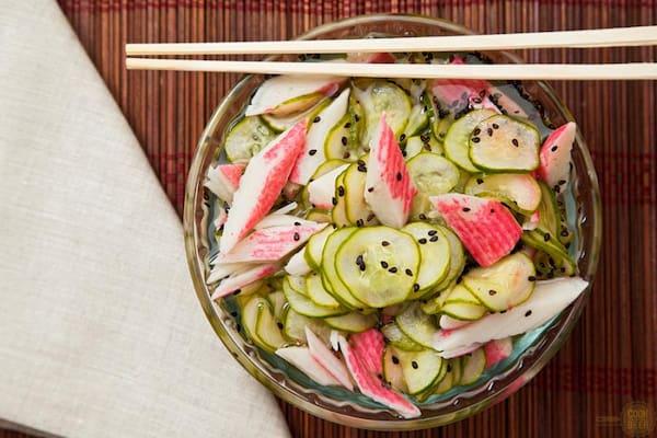 Sunomono especial com kani = Salada fria com pepino kani e gergelim