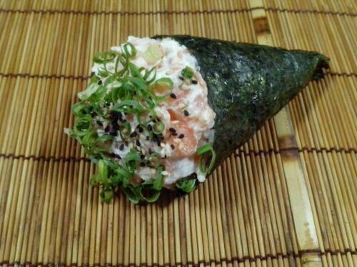Temaki filadélfia ( salmão em cubos com cream cheese )