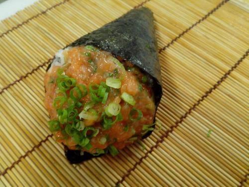 Temaki salmão (salmão em cubos )