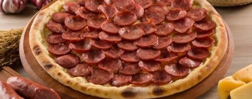 Pizza grande de calabresa com borda de requeijão