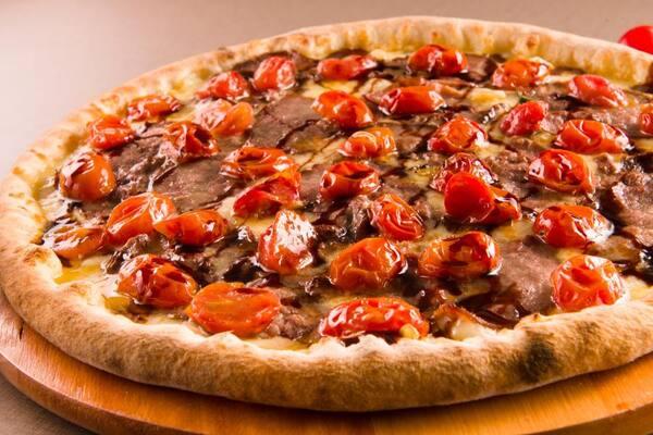 Pizza grande preferida do chef com borda de requeijão
