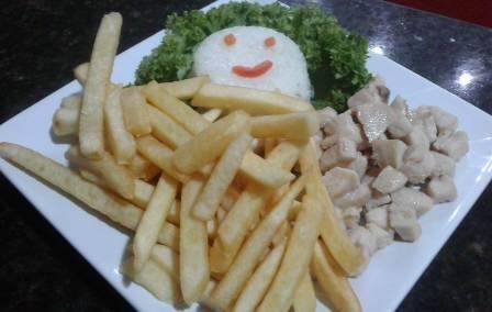 Kids de frango com arroz e batata frita