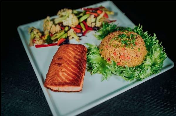 Salmão grelhado com arroz yakimeshi e legumes refogados