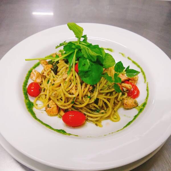 Espaguetti ao pesto com lascas de salmão e tapenade de azeitonas