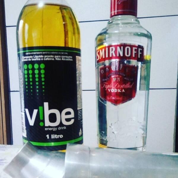 Vodka Smirnoff + 1 garrafa de energéticos Vibe 2 litros