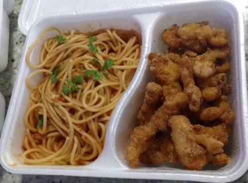 Espaguetti com isca de frango
