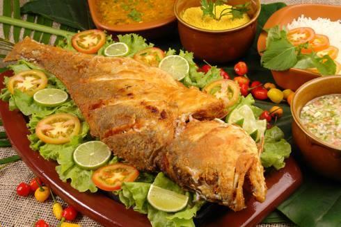 peixe frito com salada