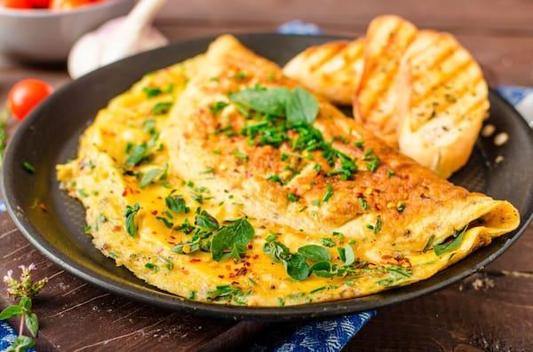 Omelete recheado de presunto e queijo