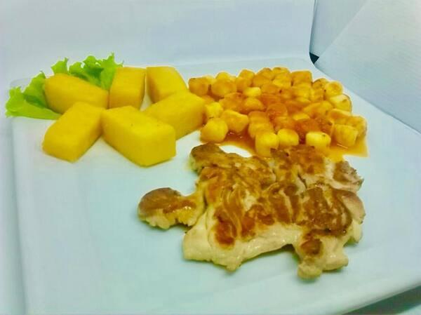 Sobre coxa e nhoque ao sugo e polenta frita
