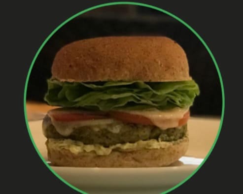 Veggie gourmet delicioso hamburguer vegetariano com queijo mozarela molho tartaro alface lisa no pao integual acompanha batata chips