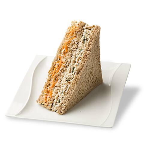 Sanduíche natural de frango com cenoura