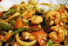 Yakissoba de camarão com legumes