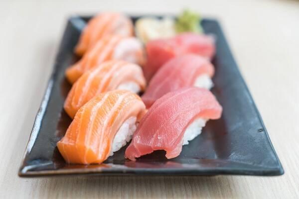 Sashimi de salmão e atum ou peixe branco