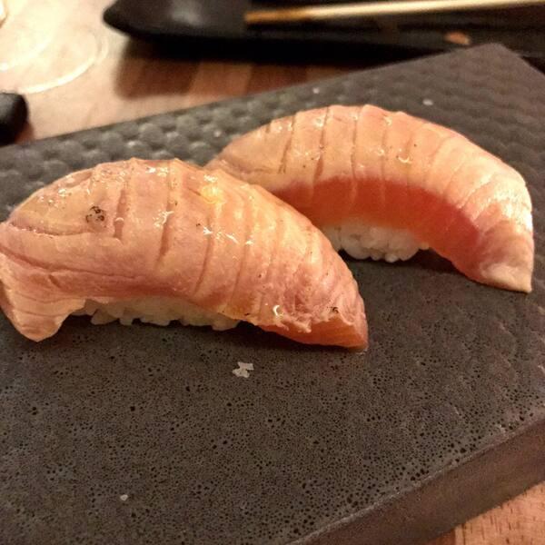 Sashimi de salmão maçaricado com geléia de pimenta e suco de limão (shake thai)