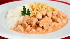 3. Arroz, strogonoff  de frango com champignon, batata palha e salada