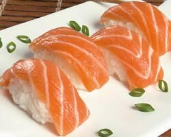 Niguiri de salmão (2 unidades)