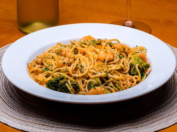 Spaghetti com camarões e brócolis