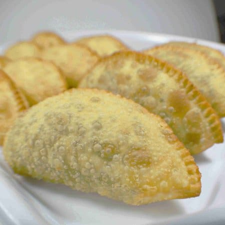 Com 6 pasteis de queijo mussarela com palmito