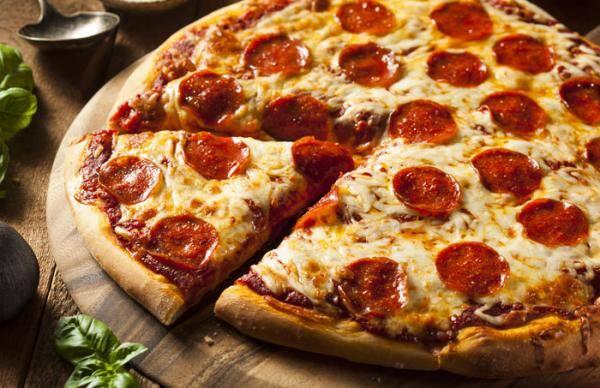 Duas pizzas grandes (uma pizza de calabresa e uma pizza à moda)