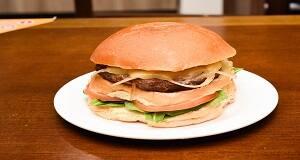 511 - hambúrguer, provolone, rúcula, cebola e tomate