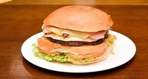 506 - hambúrguer, mussarela, presunto, Catupiry, bacon, milho verde, alface e tomate