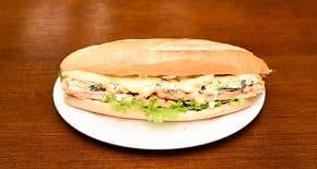 Temos pão  de hambúrguer  e temos pão francês .516 - frango, mussarela especial, gorgonzola e alface