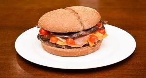 633 - pão australiano, hamburguer 160g, queijo cheddar, bacon, cebola caramelizada e pimenta biquinho