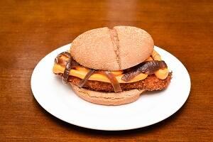634 - pão australiano, frango crispy, queijo cheddar e cebola caramelizada